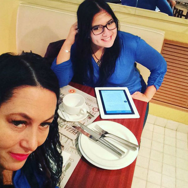 Мать и дочь с удовольствием проводят свободное время вместе