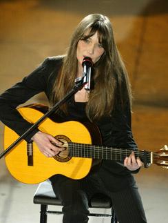 Бруни выступает как певица с 1997 года