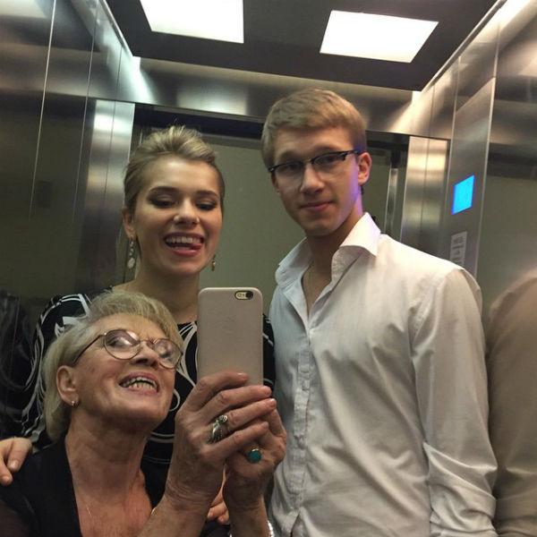Семейное селфи в лифте Алиса Фрейндлих сделала собственноручно