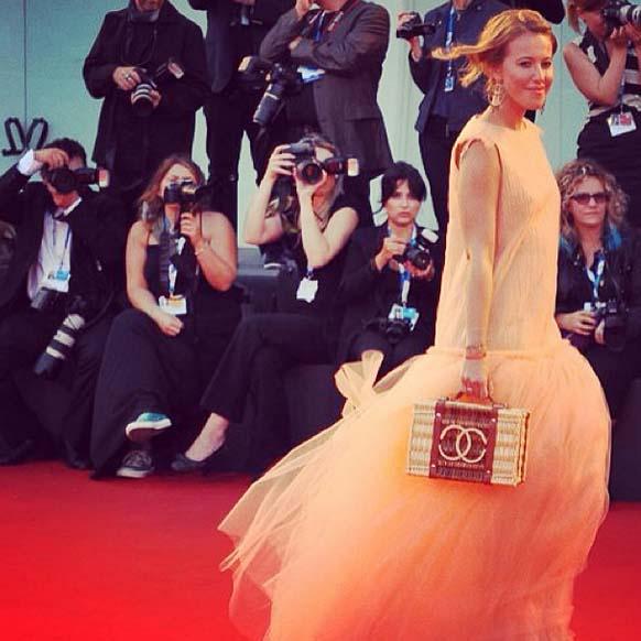 В этом платье Ксения Собчак чувствует себя розовым облачком