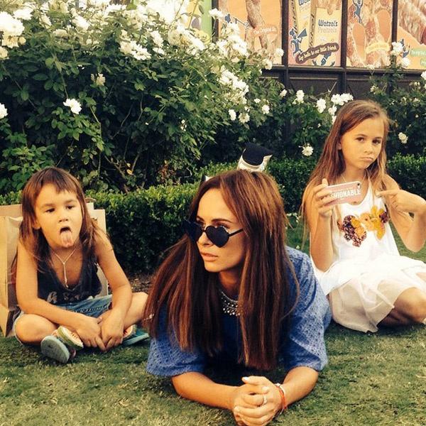 Саша с детьми наслаждается солнцем в Лос-Анджелесе