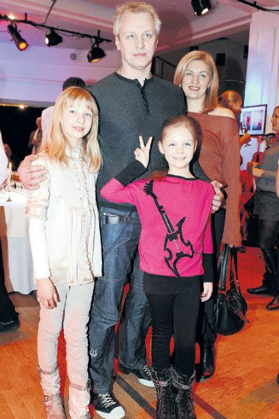 Сергей Юшкевич вместе с супругой и дочерьми