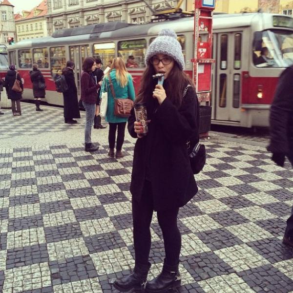 "Вика на улицах Праги: ""Прокатилась на трамвае! Нашла шоколадку!"""