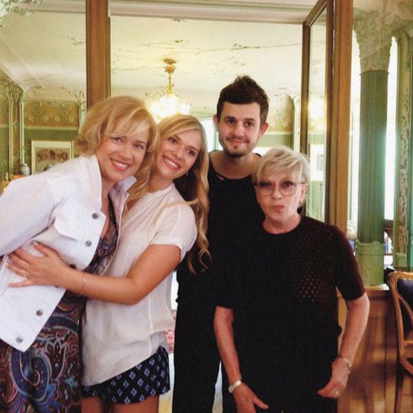 Дочь актрисы Варвара (слева) и внучка Анна сделали французские каникулы для любимой мамы и бабушки незабываемыми