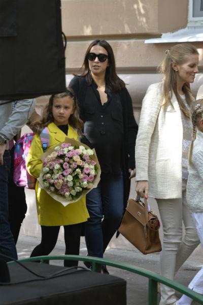 Для первой школьной линейки дочери Наталья Кикнадзе выбрала наряд в темных тонах