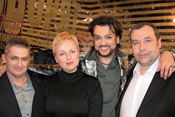 Киркоров до сих пор поддерживает теплые отношения со школьными друзьями. На фото – с одноклассниками (слева направо): Александром Николаевым, Натальей Медведевой и Максимом Пановым. Лето 2012 года