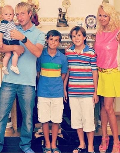 Евгений Плющенко с сыном Сашей и детьми Яны Рудковской - Андреем и Колей
