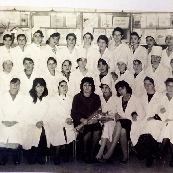 С педагогами и однокурсницами по медицинскому училищу. Жасмин четвертая справа в верхнем ряду