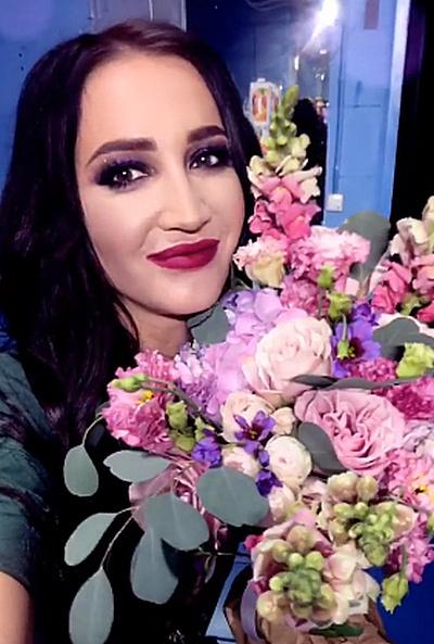 Поклонники Ольги задарили ее букетами цветов и мягкими игрушками