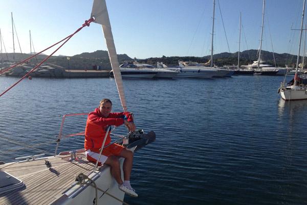 Всеволоду нравится излюбленный досуг миллионеров – прогулки на яхте у берегов Сардинии. Правда, судно он пока арендует