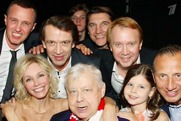 Олег Табаков с учениками, женой и детьми