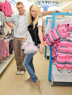 Вместе с гражданской женой Элиной Камирен Александр уже подбирает одежду для дочки, которая должна родиться в декабре