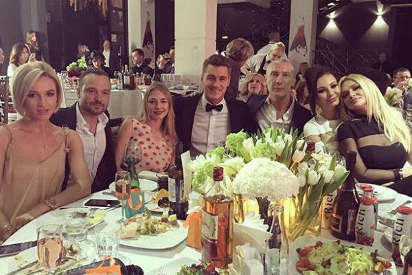 Ольга Бузова с друзьями