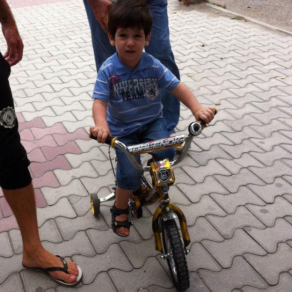 У Ролана очень хорошо получается ездить на велосипеде