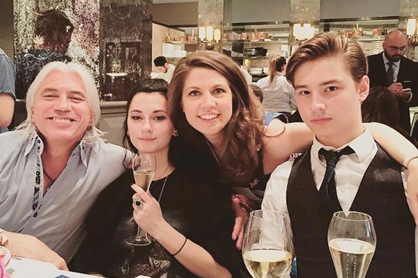 Теперь Дмитрий воспитывает детей от Светланы - Сашу и Данилу, а также ее старшую дочь Марию ( в центре)