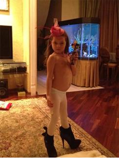 Дочь Анастасии Волочковой Арина позирует перед фотокамерой, стоя в маминых туфлях на каблуке.