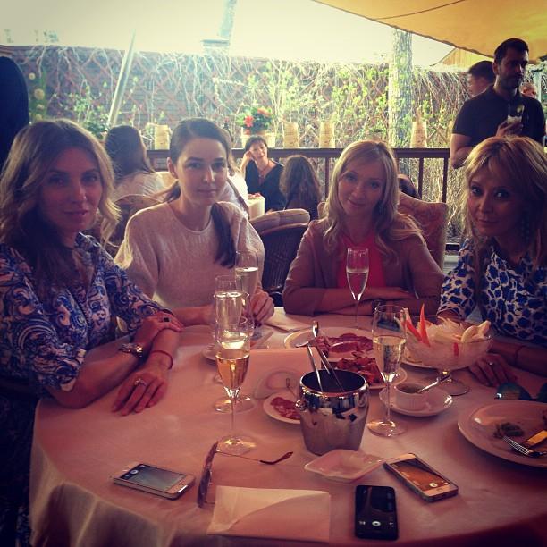 Звездные гости за праздничным столом