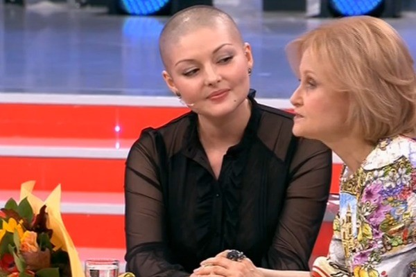 Дарья Донцова и Юлия Латышева держались за руки