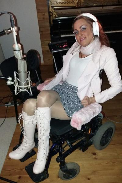 Несмотря на травмы, Дарья Задохина записывает песни и выступает на сцене.