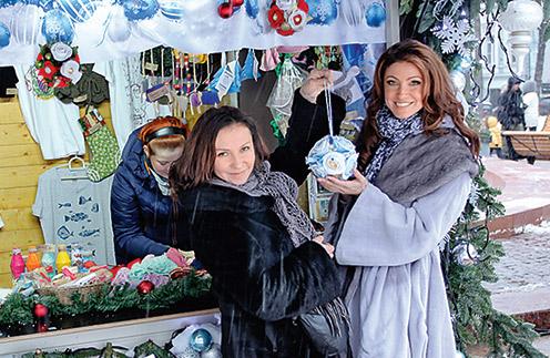 По магазинам  девушки  любят гулять  вместе. Вот и  за подарками  к Новому  году   отправились  вдвоем