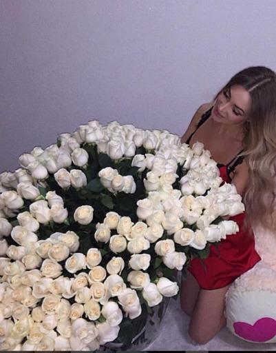 Евгения Феофилактова скрывает мужчину, который дарит такие цветы