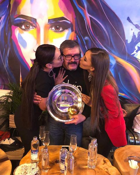 Ольга с сестрой и папой в своем ресторане