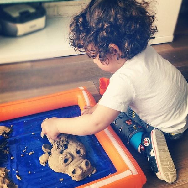 Соломон играет в кинетический песок. Малыш слепил крокодила.