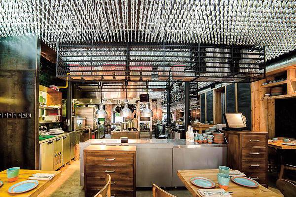 На потолке ресторана – 8500 суповых ложек, привезенных из Тбилиси