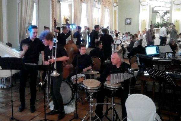 На вечере играл живой оркестр