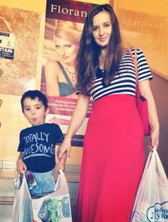 Рита со старшим сыном Митей вместе ходят за покупками