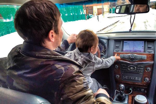 Алексей часто дает сыну «порулить»