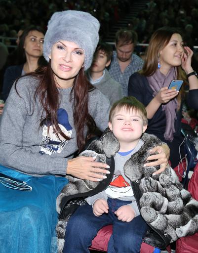 Телеведущая Эвелина Бледанс с сыном Семеном