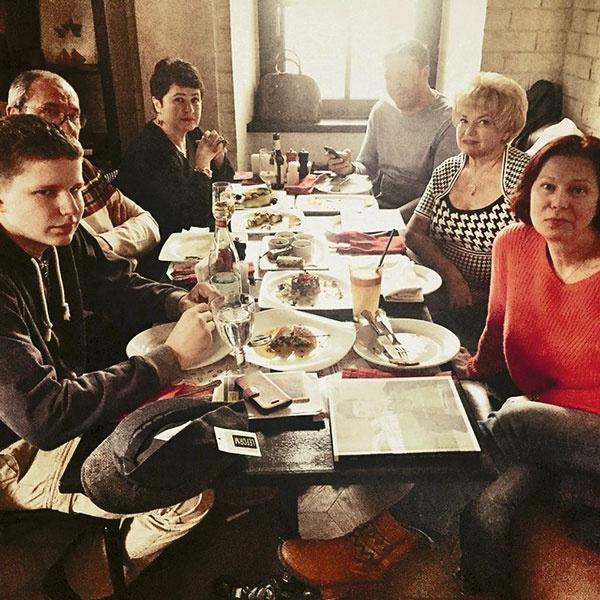 Семейный обед (слева направо): сын Даниил, Эммануил, Ирина, Максим Виторганы, Людмила Нарусова, Вика Верберг, апрель 2015-го