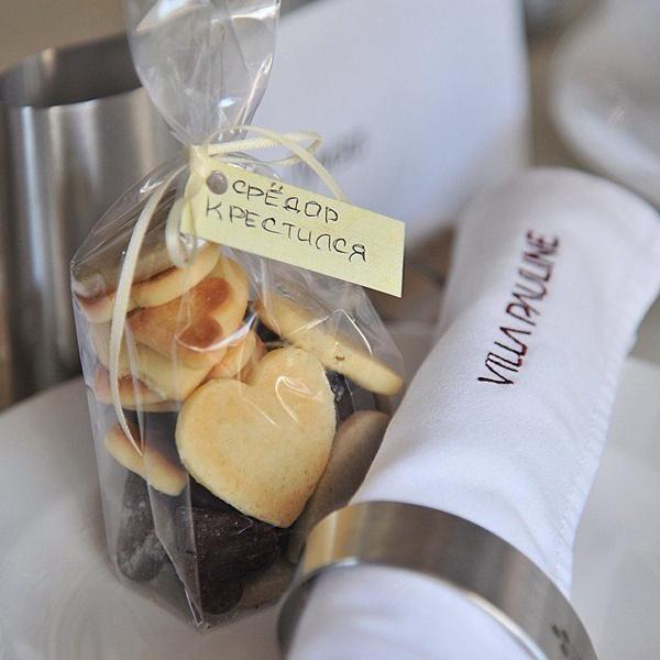 Полина сама испекла печенье в подарок гостям