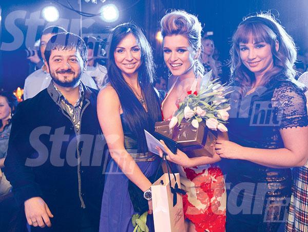 Михаил Галустян с женой Викторией и Анфиса Чехова успели к началу шоу Евдокимова
