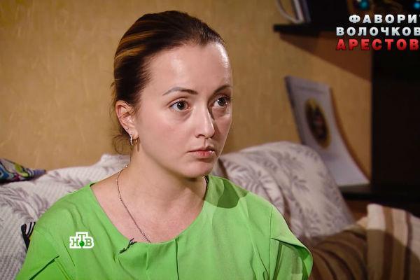 Обсуждая скандальную ситуацию, молодая женщина едва сдерживает слезы