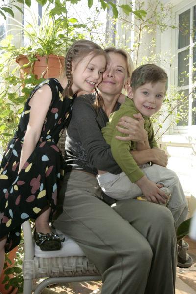 Юлия Высоцкая с сыном и дочерью несколько лет назад
