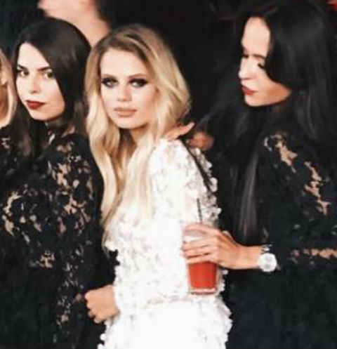 Алена Краснова (в центре) с подругами