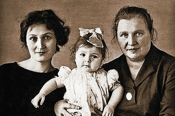 Будущую звезду эпатажа воспитывали мама Людмила и бабушка Олимпиада