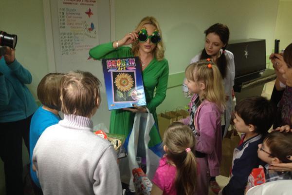 К акции фонда «Подсолнух» в этот день присоединилась и актриса Алла Довлатова, которая прикатила в больницу в прямом смысле целую тележку подарков для детей