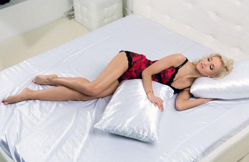 Даже когда рядом с Олей Дима, она обнимает подушку – привычка