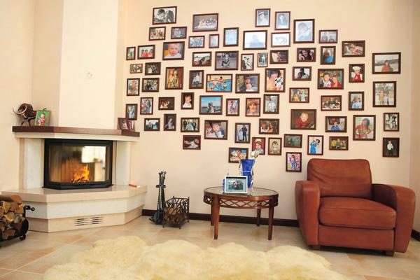 На стене одной из комнат – история ее дружной семьи в фотографиях