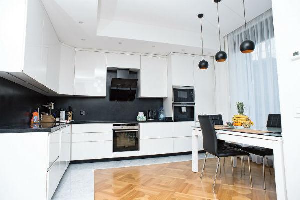 Просторная кухня оформлена в стиле хай-тек