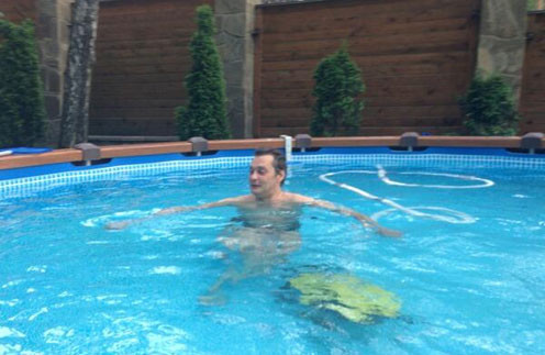 Александр Домогаров спасаестя от жары в бассейне