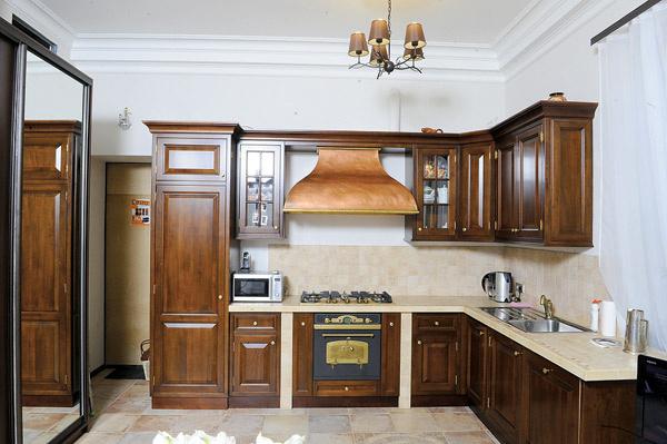 От прошлых хозяев Владу и его маме достался итальянский кухонный гарнитур из дуба