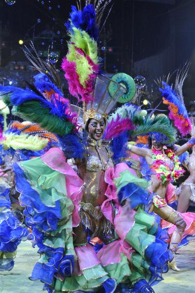 Только представьте, за время шоу танцовщица меняет 11(!) таких нарядов