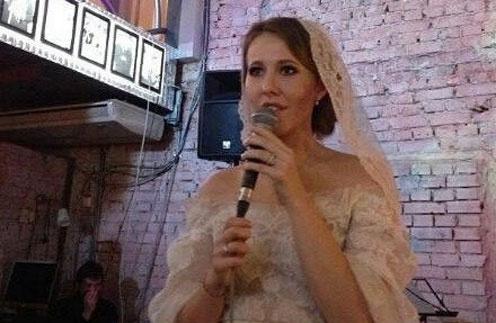 На свадьбе невеста не только принимала поздравления, но и исполнила песню