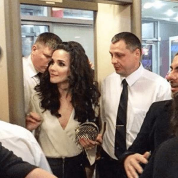 Телохранители едва ли сдерживали поклонников Натальи Орейро