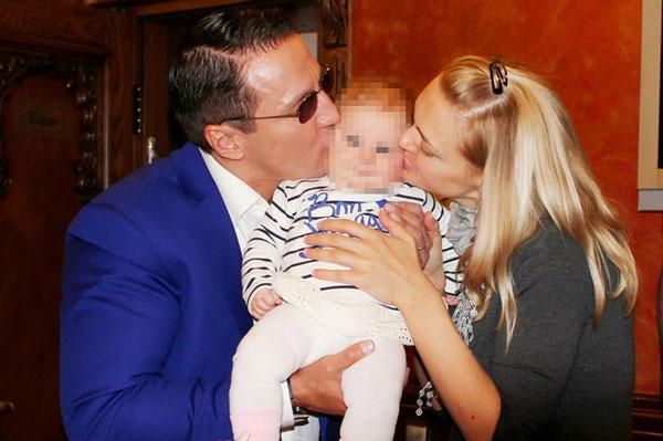 «Мамины-папины поцелуи», - подписал снимок Алексей Дайнеко