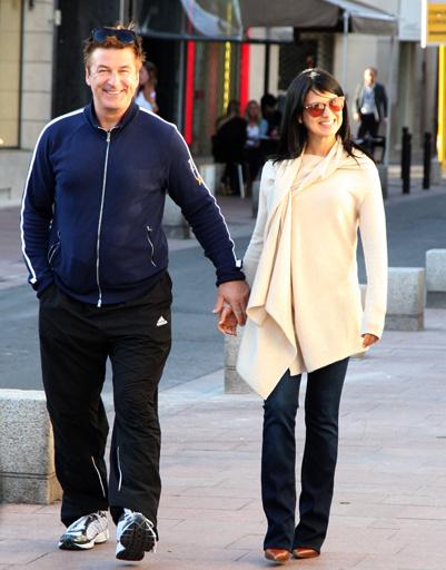Алек Болдуин и его подруга гуляют в Каннах